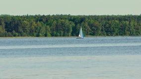 在湖的一条偏僻的游艇 库存图片