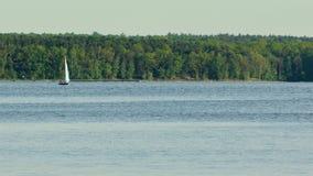 在湖的一条偏僻的游艇 免版税库存照片