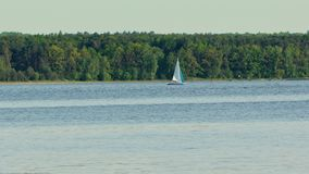 在湖的一条偏僻的游艇 免版税库存图片