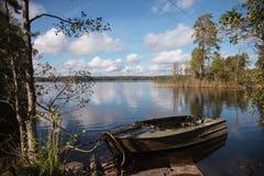 在湖的一条小船 免版税图库摄影
