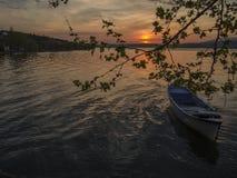 在湖的一条鱼小船 免版税图库摄影
