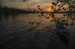 在湖的一条鱼小船 免版税库存图片