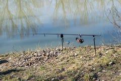 在湖的一根钓鱼竿 图库摄影