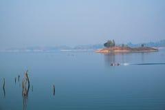 在湖的一点小船与死于树 库存照片