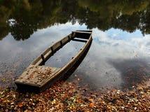 在湖的下沉的小船 库存照片