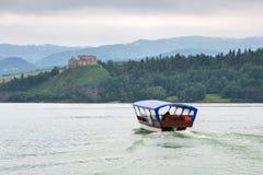 在湖的中世纪Czorsztyn城堡 库存图片