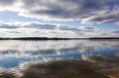 在湖的云彩反映 免版税图库摄影