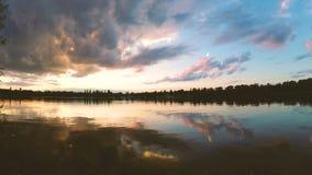 在湖的云彩在日落的晚上 股票视频