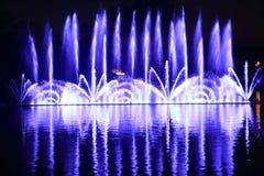 在湖的五颜六色的喷泉 免版税库存照片