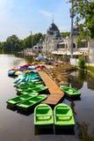 在湖的五颜六色的小船在Varosliget公开市停放,布达佩斯,匈牙利 免版税库存照片