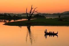 在湖的五颜六色的日落, Amarapura,缅甸 库存照片