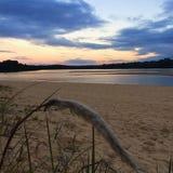在湖的五颜六色的早晨日出 免版税图库摄影