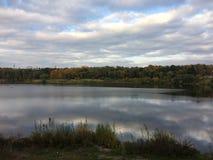 在湖的五颜六色的秋天天, Ramenskoe,莫斯科地区 库存照片