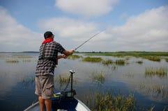 在湖的人捕鱼 免版税库存图片