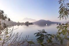 在湖的休闲小船早晨 库存照片