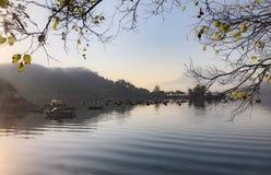 在湖的休闲小船早晨 免版税库存照片