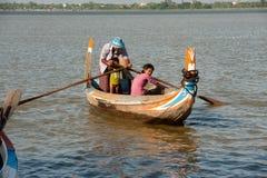 在湖的传统小船在缅甸的U-bein桥梁附近 免版税库存图片