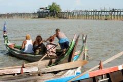 在湖的传统小船在缅甸的U-bein桥梁附近 库存图片