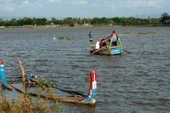 在湖的传统小船在缅甸的U-bein桥梁附近 库存照片