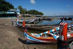 在湖的俏丽的颜色小船 库存照片