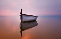 在湖的偏僻的小船 免版税库存图片