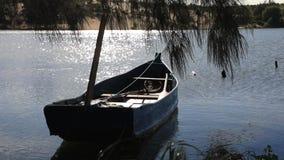 在湖的停住的小船 股票视频