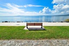 在湖的全景公园长椅 免版税图库摄影