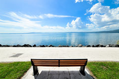 在湖的公园长椅 免版税库存图片