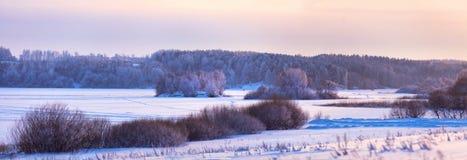 在湖的冬天晚上 弗罗斯特、冰和雪 图库摄影