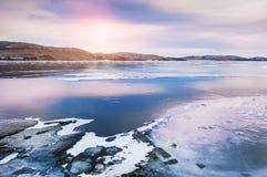 在湖的冰日落的 免版税库存图片