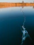 在湖的冰裂缝 免版税图库摄影