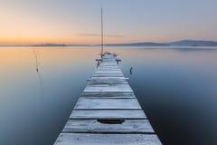 在湖的冷淡的黎明 免版税库存照片