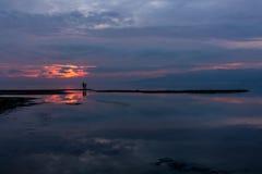 在湖的剧烈的日落 免版税库存图片