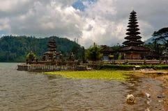 在湖的印度寺庙 免版税库存照片