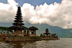 在湖的印度寺庙 免版税图库摄影