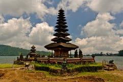 在湖的印度寺庙 免版税库存图片