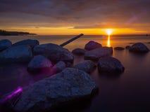 在湖的印象深刻的黎明 石头在水中 图库摄影