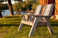 在湖的双人沙发秋天的 免版税库存照片