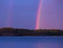 在湖的双重彩虹 免版税库存照片