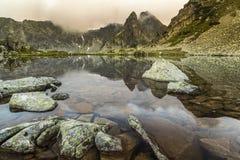 在湖的反射- Retezat山 库存图片