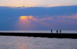 在湖的发光的太阳光芒 库存图片
