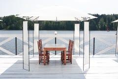 在湖的咖啡馆 免版税图库摄影