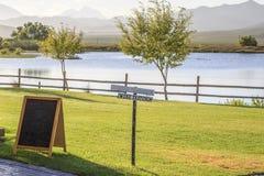 在湖的品酒标志 免版税库存照片
