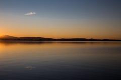 在湖的唯一云彩reflectiong 免版税库存图片