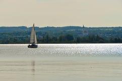 在湖的唯一风船 免版税库存图片