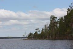 在湖的多云天空 免版税库存图片