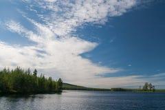 在湖的多云天空 库存照片
