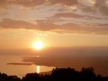 在湖的多云日落 免版税库存图片