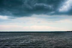 在湖的多暴风雨的天气有黑暗的云彩的 免版税图库摄影