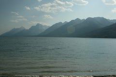 在湖的大提顿峰山渐近 免版税图库摄影